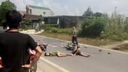 Hai xe máy đấu đầu, 3 thanh niên nằm im giữa đường