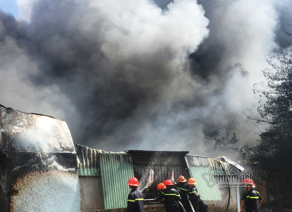 Cháy ngùn ngụt xưởng đệm mút, ghế mỹ nghệ