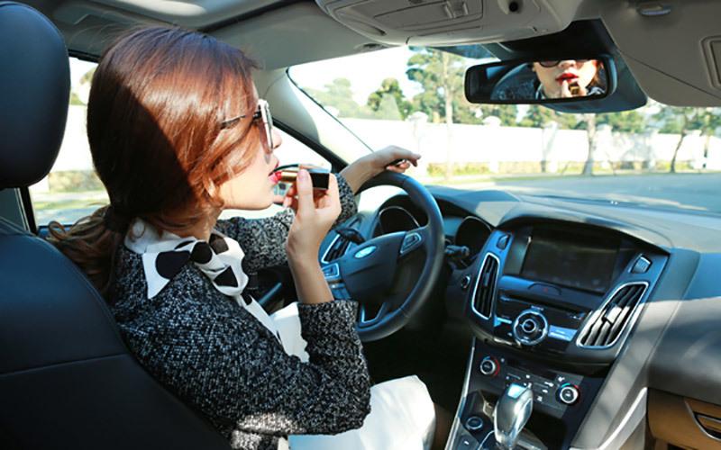 8 'tuyệt chiêu' chị em phải nhớ để lái xe an toàn