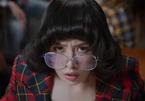 Chi Pu đeo chuối 'giải cứu' người yêu trong MV 'Đóa hoa hồng'