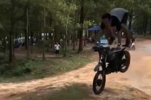 Thanh niên ngã lộn cổ khi biểu diễn xe máy