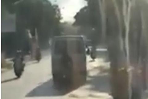 Thanh niên liều lĩnh bám sát đuôi ô tô để tránh nắng