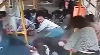 Xe buýt bị đâm từ phía sau, 20 hành khách bay khỏi chỗ ngồi