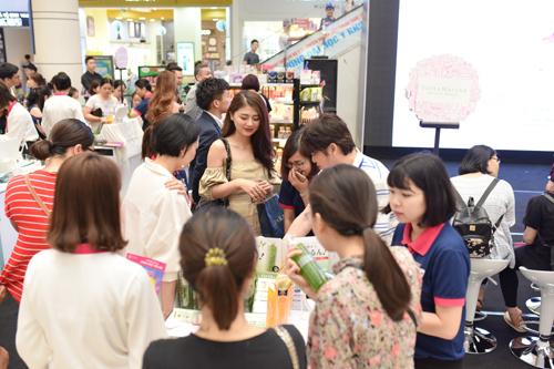Phụ nữ Hà Nội nô nức trải nghiệm mỹ phẩm Nhật Bản