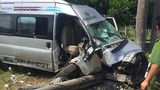 Xe khách lao vun vút húc đổ cột điện, 4 người bị thương nặng