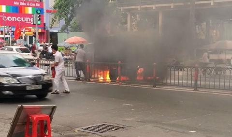 Xe tải chở hàng bốc cháy ngùn ngụt trên phố Sài Gòn