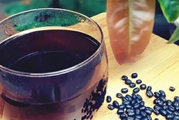 Dùng nước đậu đen thay nước lọc tưởng giải nhiệt mùa hè nhưng không ngờ là sai hoàn toàn