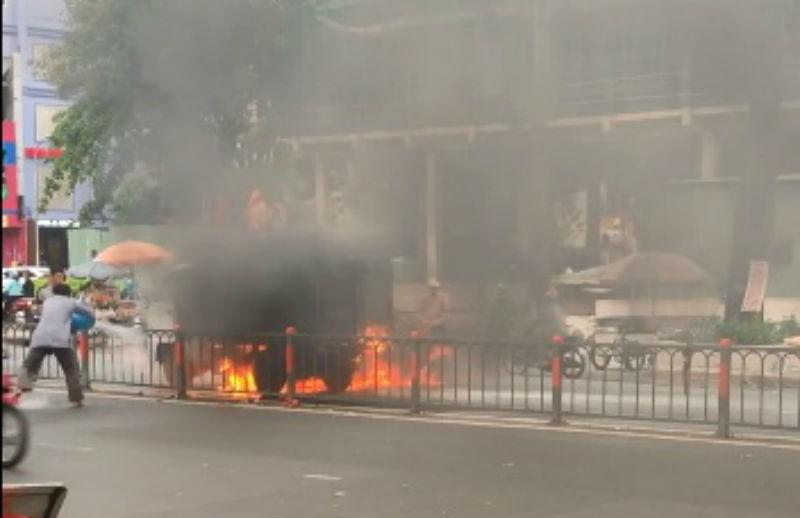 Xe tải cháy ngùn ngụt trên đường phố Sài Gòn
