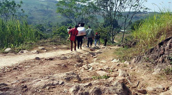 Cô gái khóc như mưa khi phải trèo 4 ngọn đồi mới đến nhà bạn trai
