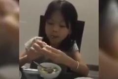 """Không thể nhịn cười: Cô bé vừa ăn vừa chất vấn """"quá trình tình yêu"""" của bố mẹ"""