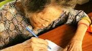 Cụ bà Hà Nội vẽ 1.000 trái tim trên giấy A4 tặng chồng quá cố