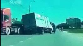 Pha đánh lái siêu đẳng của tài xế xe tải lấn làn vượt ẩu