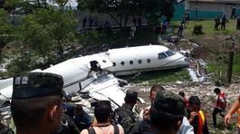 Máy bay gãy làm đôi sau khi cất cánh