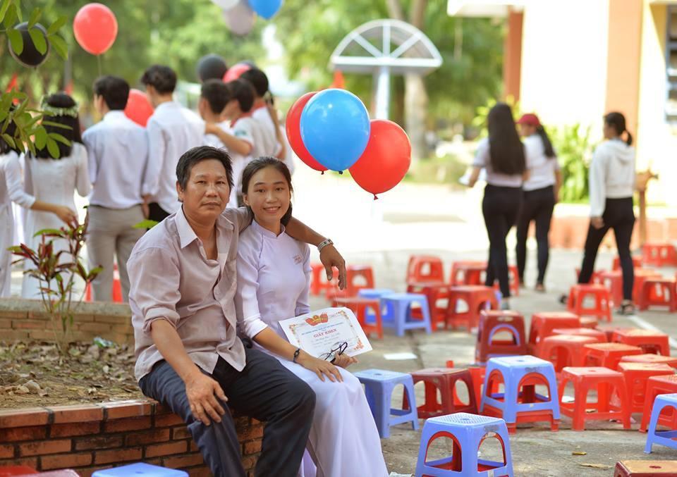 Hình ảnh 'siêu đáng yêu' người cha cùng con gái ngày bế giảng