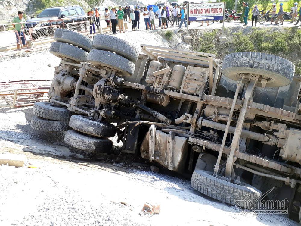 Tàu hỏa đâm xe tải: Khoan cắt đầu tàu đưa 2 thi thể ra ngoài