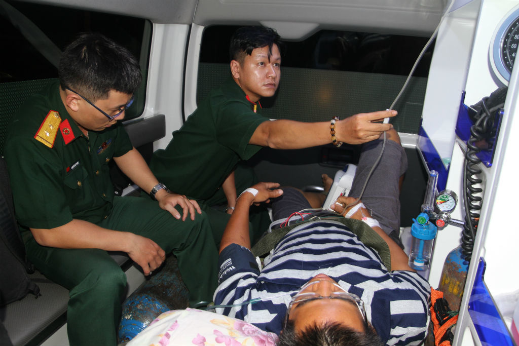 Trực thăng vượt biển giữa đêm ra Trường Sa cứu công nhân nguy kịch