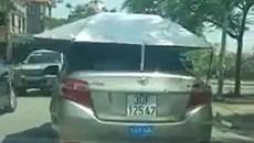 Ô tô gắn mái che lưu thông trên phố