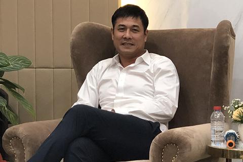 Chủ tịch CLB TPHCM Nguyễn Hữu Thắng học theo Công Vinh