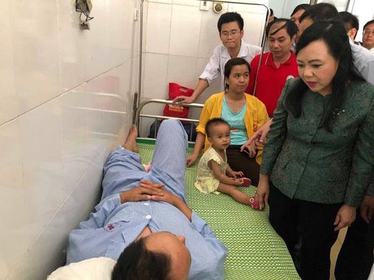 Hành khách kể phút ôm con 1 tuổi lộn nhào theo toa tàu xuống ruộng