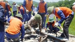 Hơn 300 người 'đội nắng' xuyên trưa giải cứu đường tàu