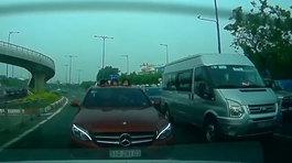 4 đứa trẻ thò đầu qua cửa sổ trời ô tô nô đùa