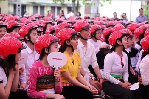 2000 mũ bảo hiểm tặng học sinh Hòa Bình