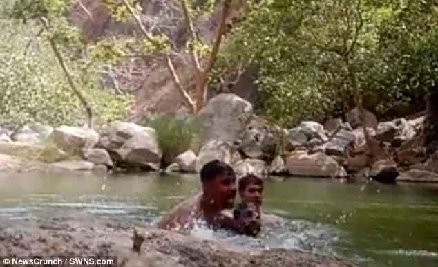 3 du khách nam vô tình quay được cảnh mình bị đuối nước