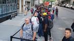 Cả nghìn người Mỹ xếp hàng mua 'kẻ hủy diệt iPhone X'