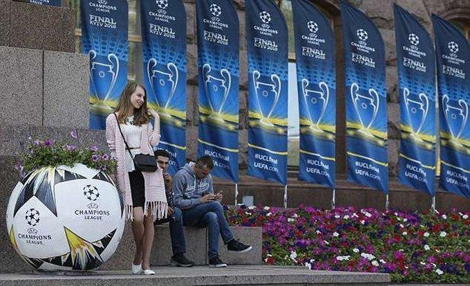 Ronaldo và các đồng đội chất lừ đổ bộ Kiev