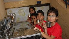 Học sinh nghèo nơi rốn lũ hết cảnh thừa nước ngập, thiếu nước uống