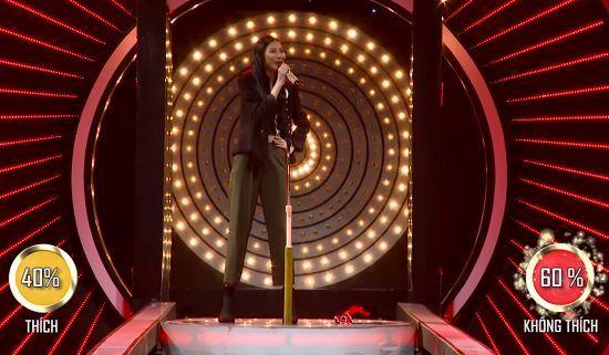 Hotboy lai bị khán giả 'xua đuổi' khỏi sân khấu vì hát dở