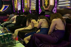 Hàng trăm nữ tiếp viên sexy trong nhà hàng, karaoke không phép