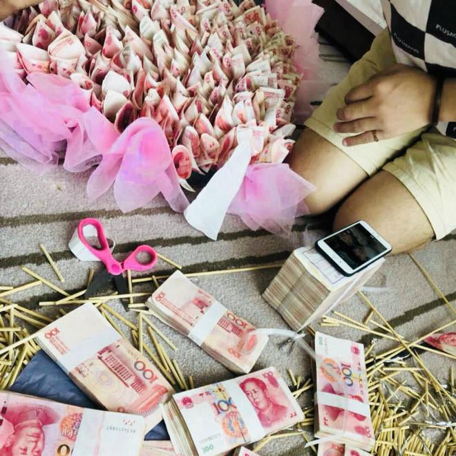 Thanh niên tặng bạn gái 'trái tim tiền mặt' trị giá hơn một tỷ đồng
