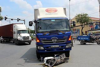 Va chạm với xe tải, vợ chết, chồng và con bị thương