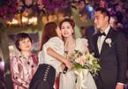 Chung Hân Đồng khóc trong đám cưới với chồng kém tuổi