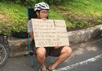 Du khách Hàn Quốc ôm bảng tìm hành lý bị mất cắp ở Mũi Né