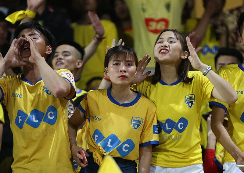 Fan nữ Thanh Hoá 'bỏ rơi' Bùi Tiến Dũng ở Hàng Đẫy