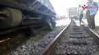 Tàu hỏa trật bánh bật văng 2 toa ở Nghệ An