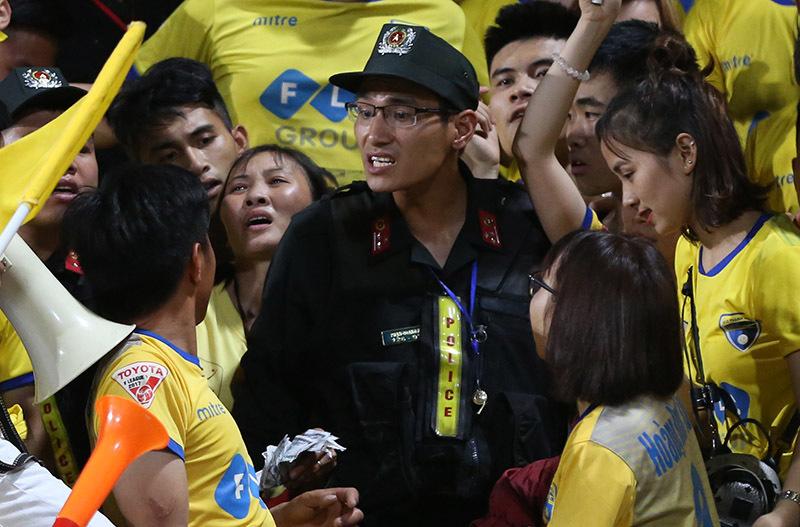 CĐV Thanh Hoá đốt pháo sáng, 'đại náo' sân Hàng Đẫy