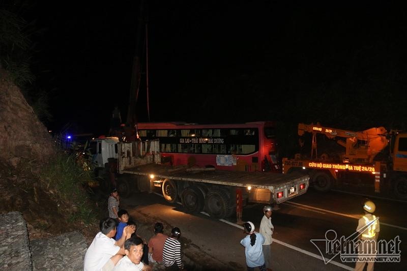 Tránh xe tải lật chắn ngang quốc lộ, xe khách đâm vách núi