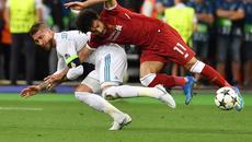 """Sergio Ramos bị """"tổng xỉ vả"""" sau khi chơi xấu Salah"""