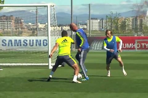 Zidane biểu diễn trên sân tập