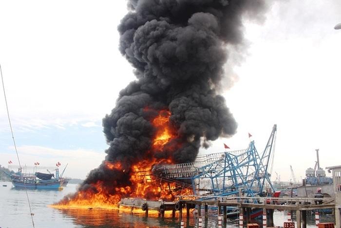 Lửa rừng rực thiêu rụi tàu 10 tỷ trong cảng Kỳ Hà
