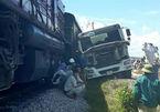 Cố vượt đường sắt, xe bồn bị tàu hàng tông nát đầu