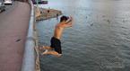 Thanh niên nhảy cầu từ độ cao 20m xuống tắm giải nhiệt