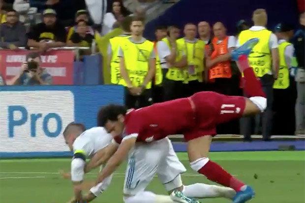Lộ hình ảnh Ramos cười hớn hở khi Salah khóc rời sân