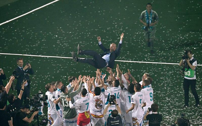 Ronaldo xuống tóc trong lễ ăn mừng hoành tráng của Real