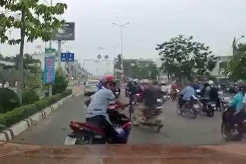 Làm gì trong trường hợp xe máy chặn đầu ô tô gây sự?