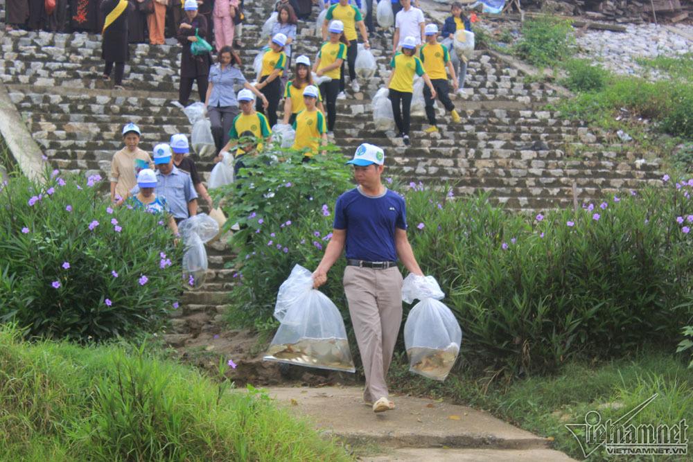 Phóng sinh 17.000 con cá giống trong ngày Phật Đản