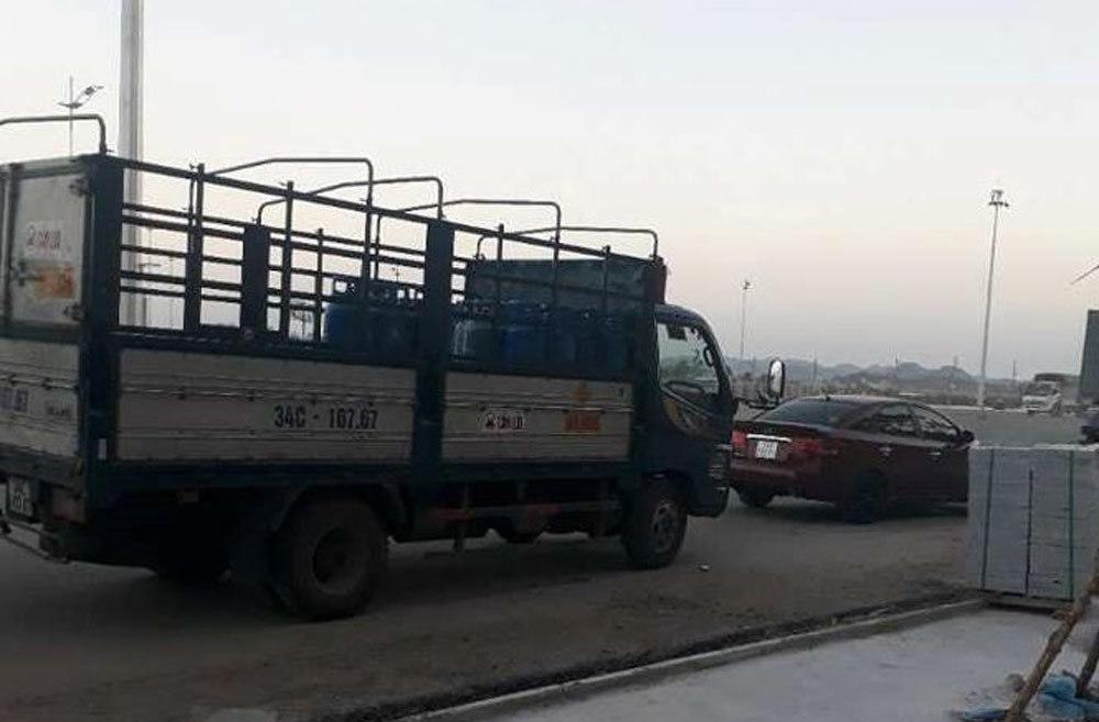 Đình chỉ 3 cán bộ thị trường dùng 'xe báo chí' chặn xe tải
